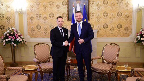 Slovenský premiér Peter Pellegrini s velvyslancem Spojeného království Andrewem Garthem - Sputnik Česká republika