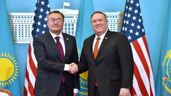 Ministr zahraničí Kazachstánu Muchtar Tleuberdi a ministr zahraničí USA Mike Pompeo - Sputnik Česká republika