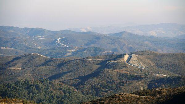 Betonová zeď, kterou postavilo Turecko na hranici se Sýrií v provincii Latákie - Sputnik Česká republika