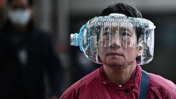 Číňané používají přilby z plastových lahví na ochranu proti smrtelnému koronaviru - Sputnik Česká republika