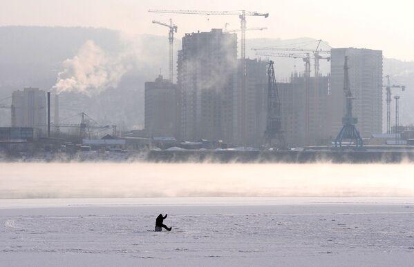 Rybář na ledě Jeniseje v Krasnojarsku - Sputnik Česká republika