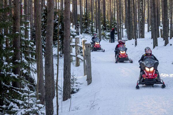 Turisté jezdí na sněžných skútrech - Sputnik Česká republika