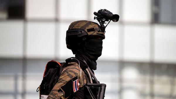 Thajský voják u obchodního centra Terminal 21 po střelbě - Sputnik Česká republika