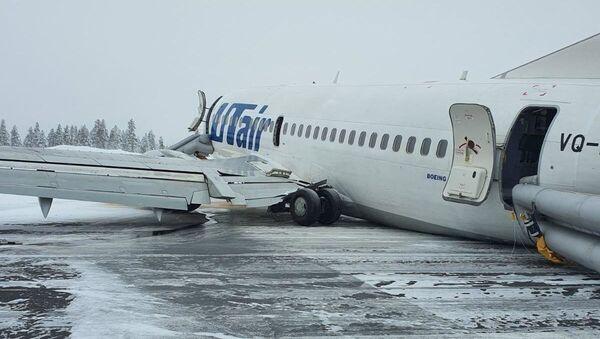Boeing 737 společnosti Utair po tvrdém přistání v Usinsku, Rusko - Sputnik Česká republika