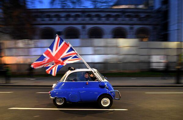 Muž s vlajkou Velké Británie v den oficiálního brexitu. Londýn - Sputnik Česká republika