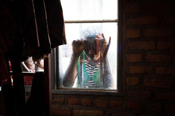 Dívka ve středisku pro přistěhovalce v Nyarushishi, Rwanda - Sputnik Česká republika