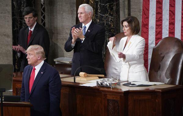 Předsedkyně Sněmovny reprezentantů Spojených států Nancy Pelosiová trhá papír s projevem amerického prezidenta Donalda Trumpa - Sputnik Česká republika
