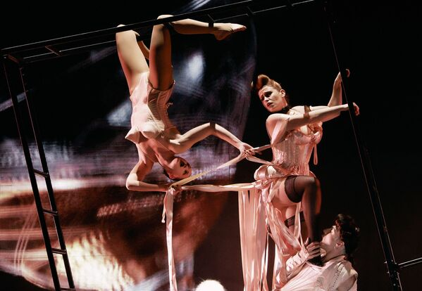 Herci během představení Fashion Freak Show francouzského návrháře Jeana-Paula Gaultiera v Petrohradu - Sputnik Česká republika