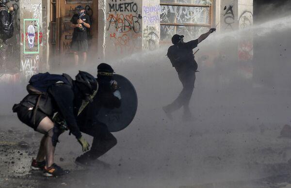Střety demonstrantů s policií. Santiago de Chile, Chile. - Sputnik Česká republika