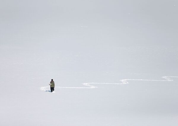 Muž na zasněženém jezeře Qargha v Kábulu, Afghánistán. - Sputnik Česká republika
