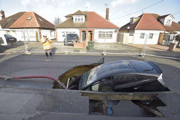Auto se ocitlo ve výmolu po průchodu bouře Sabine v Anglii - Sputnik Česká republika