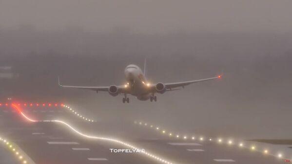 Letadlo přistává při složitých podmínkách během bouře Sabine. Letiště Birminghamu, Velká Británie. - Sputnik Česká republika