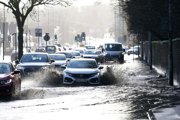 Auta na zatopené silnici. Manchester, Velká Británie. - Sputnik Česká republika