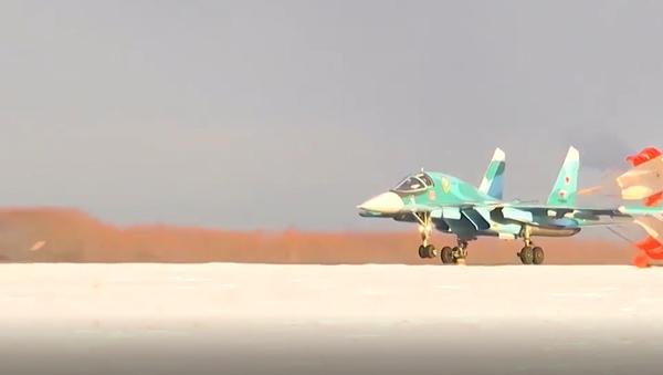 Ruské stíhačky Su-34 po ohromujících akrobatických prvcích bombardovaly pozemní cíle - Sputnik Česká republika