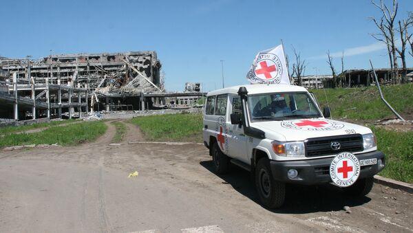 Auto Mezinárodního červeného kříže u letiště v Doněcku - Sputnik Česká republika