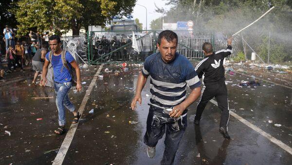 Maďarská policie použila proti migrantům slzný plyn a vodní děla - Sputnik Česká republika