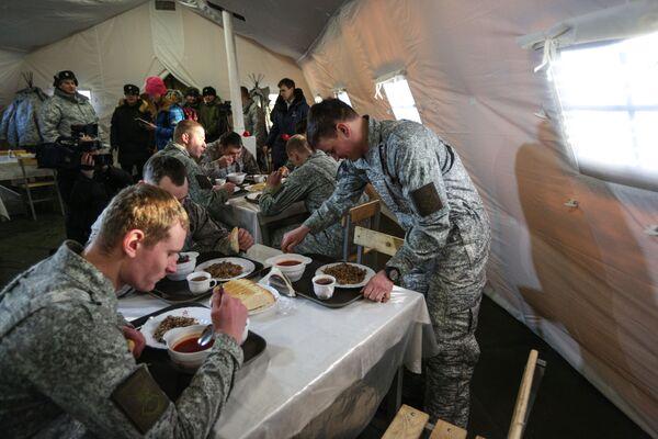 Vojáci obědvají. - Sputnik Česká republika