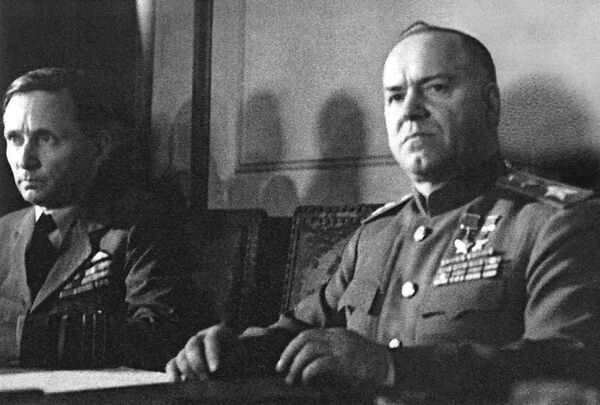 Maršál Georgij Žukov při podpisu aktu o bezpodmínečné kapitulaci Německa (9. května 1945) - Sputnik Česká republika