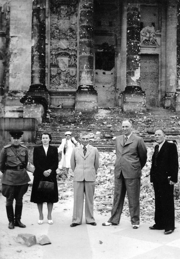 Hlavní maršál dělostřelectva Nikolaj Voronov (druhý zprava) a generálplukovník dělostřelectva Vasilij Kazakov (uprostřed) na inspekci v Německu před zničeným Reichstagem - Sputnik Česká republika