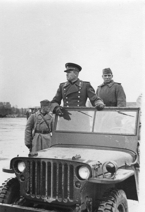 Generálplukovník letectva Sergej Ruděnko na letišti Tempelhof v Berlíně (konec dubna 1945) - Sputnik Česká republika