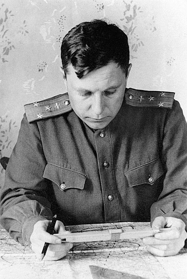 Plukovník Alexandr Pokryškin se připravuje k bojovému letu. Pokryškin měl na kontě 59 samostatných sestřelů a 6 skupinových. Stal se tak jedním z nejúspěšnějších es 2. světové války. - Sputnik Česká republika