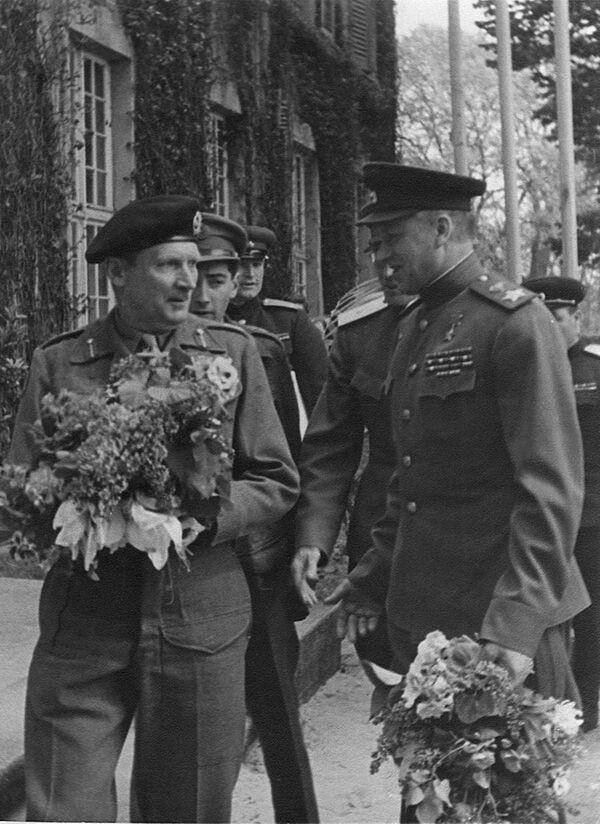 Maršálové Žukov a Rokossovskij spolu s britským polním maršálem Bernardem Montgomerym v Berlíně (květen 1945) - Sputnik Česká republika
