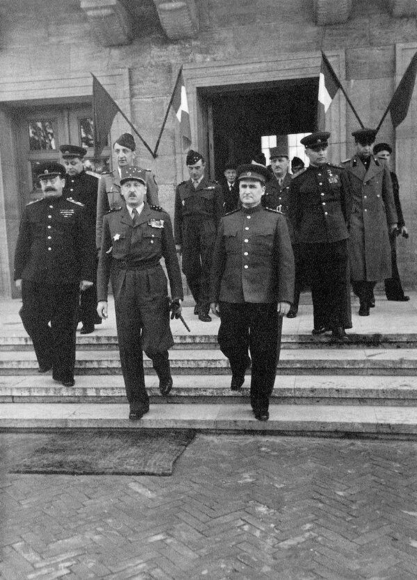 Sovětští generálové Vasilij Sokolovskij, Vasilij Kazakov, maršál Pavel Rotmistrov a francouzský generál Jean de Lattre de Tassigny v Berlíně - Sputnik Česká republika