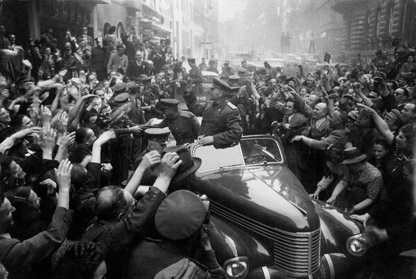 Velitel 1. ukrajinského frontu, maršál Ivan Koněv v osvobozené Praze - Sputnik Česká republika