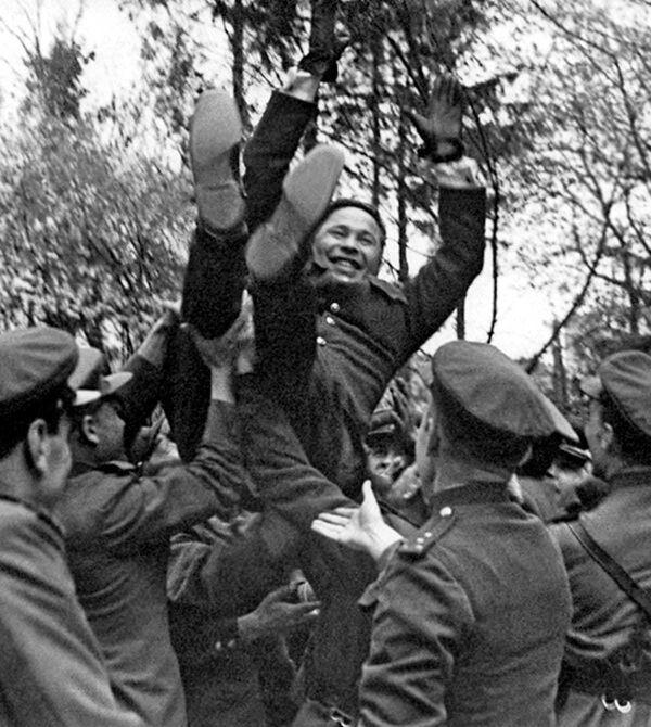 Vojáci gratulují veliteli 43. armády, generálporučíku Afanasiji Běloborodovovi k druhému vyznamenání Hrdina Sovětského svazu (Königsberg, duben 1945) - Sputnik Česká republika