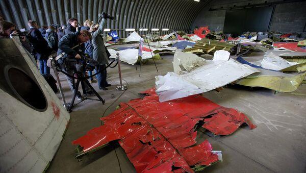 Novináři vyfotí části trosek Malajsijského Boeinga v hangáru na letecké základně Gilze Rijen v Nizozemsku - Sputnik Česká republika
