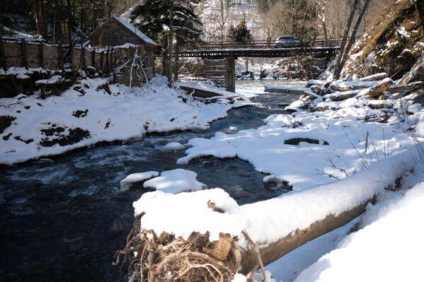 Most přes řeku Belaja na území turistického komplexu kordonu Guzerpil Kavkazské státní přírodní biosférické rezervace - Sputnik Česká republika