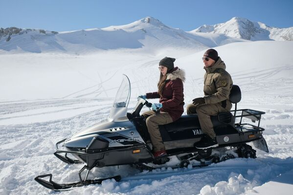 Turisté jezdí na sněžných skútrech na území náhorní plošiny Lago-Naki - Sputnik Česká republika