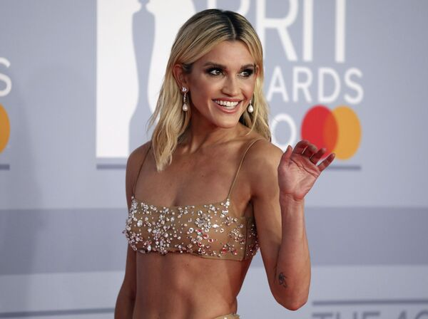 Zpěvačka Ashley Robertsová pózuje fotografům na Brit Awards 2020 - Sputnik Česká republika