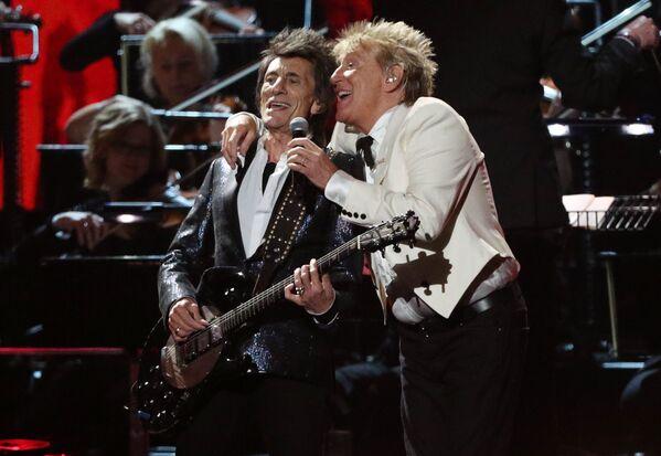 Hudebníci Rod Stewart a Ronnie Wood vystupují na Brit Awards 2020 v Londýně - Sputnik Česká republika