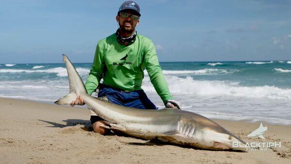 Floridský rybář pomocí dronů chytí obrovských žraloků přímo z pobřeží - Sputnik Česká republika