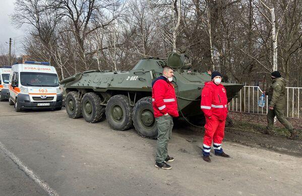 Zdravotníci stojící vedle ukrajinské policie. - Sputnik Česká republika