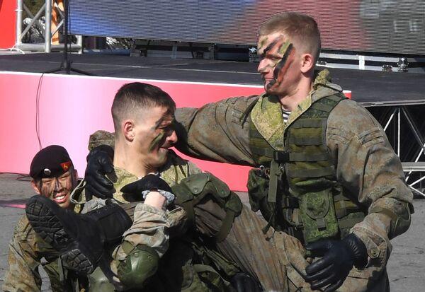Výsadkáři ukazují své triky na jedné z akcí uspořádané při příležitosti oslav Dne obránce vlasti ve Vladivostoku. - Sputnik Česká republika