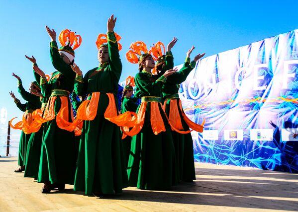 Umělci v národních krojích během festivalu Olkhon Ice Fest u jezera Bajkal v Irkutské oblasti, Rusko - Sputnik Česká republika