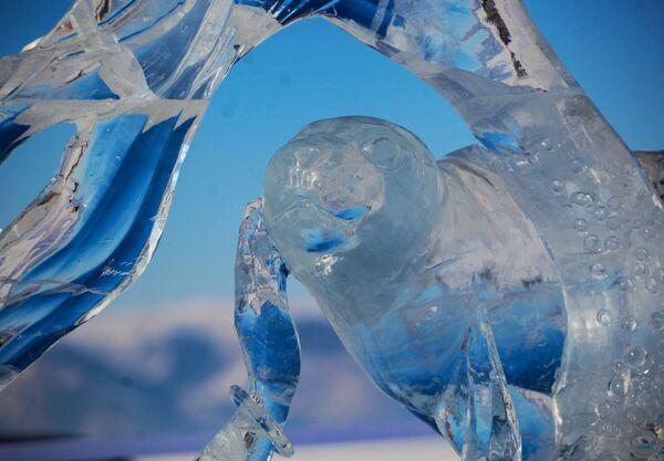 Část ledové figuríny, která byla představená na Mezinárodní soutěži ledových soch v rámci festivalu Olkhon Ice Fest u jezera Bajkal v Irkutské oblasti, Rusko - Sputnik Česká republika
