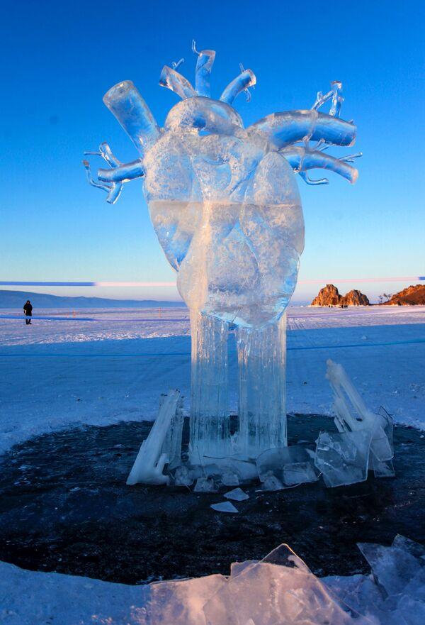 Ledová figurína ve formě lidského srdce představená na Mezinárodní soutěži ledových soch v rámci festivalu Olkhon Ice Fest u jezera Bajkal v Irkutské oblasti, Rusko - Sputnik Česká republika