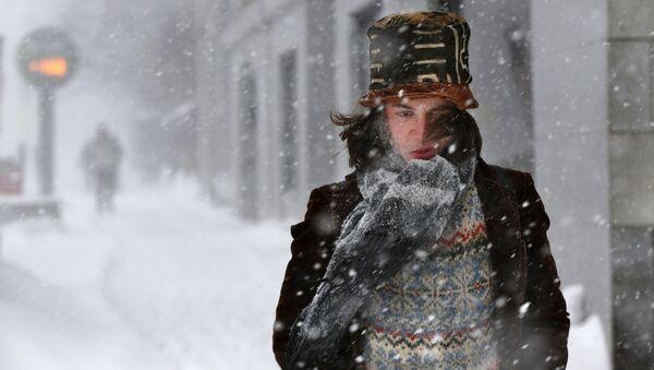 Muž během sněhové bouře. Illustrační foto - Sputnik Česká republika