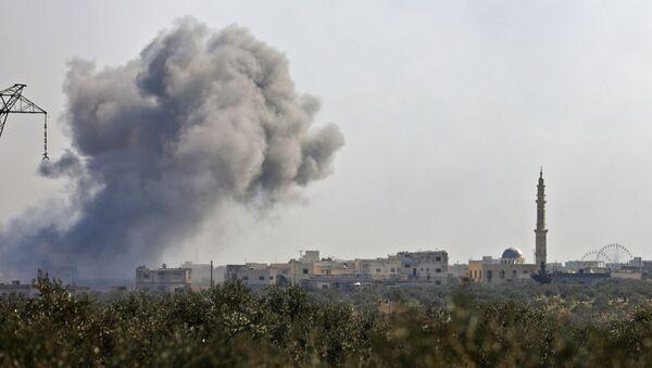 Dým po odražení útoku teroristů o obce Nayrab západně od Idlibu - Sputnik Česká republika
