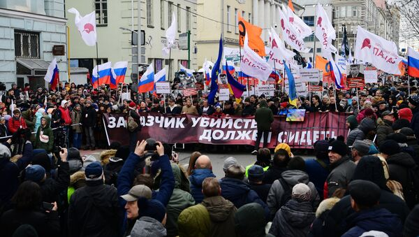 Účastníci pochodu na počest politika Borise Němcova v Moskvě - Sputnik Česká republika