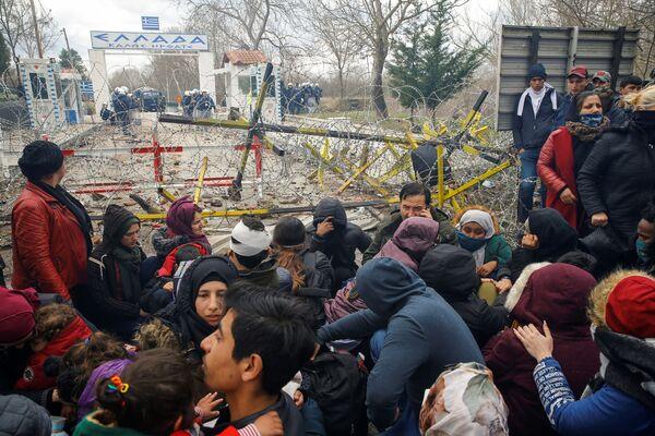 Migranti se shromažďují na hraničním přechodu do Řecka. - Sputnik Česká republika