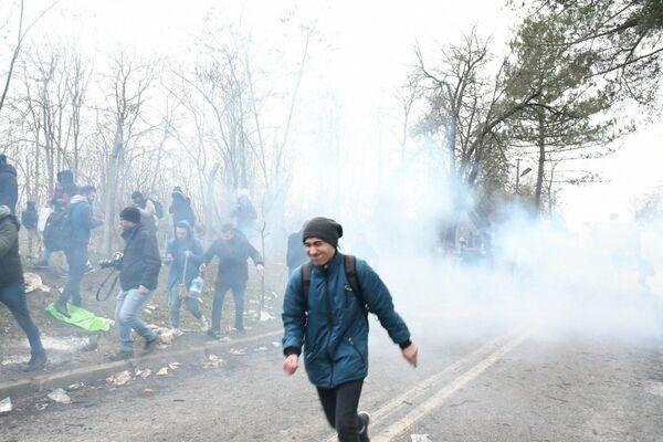 Situace na hraničním přechodu mezi Tureckem a Řeckem Pazarkule se vyhrotila. Řecká policie proti uprchlíkům nasadila slzný plyn. - Sputnik Česká republika