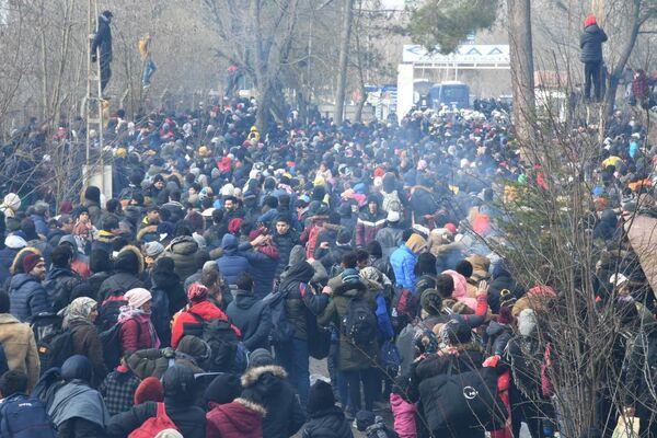 Řecká policie nasadila proti migrantům slzný plyn. Ti odpověděli házením kamenů.  - Sputnik Česká republika