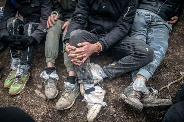 Migranti čekají na hranici mezi Tureckem a Řeckem. - Sputnik Česká republika