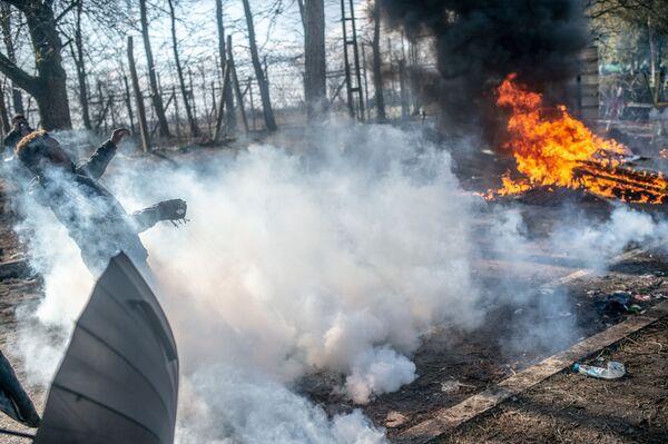 Střet mezi migranty a řeckými policisty. - Sputnik Česká republika
