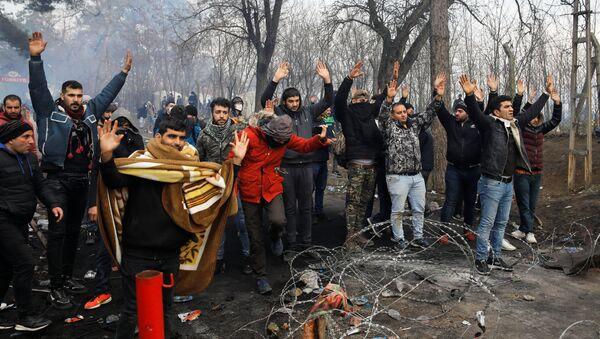 Situace na hraničním přechodu mezi Tureckem a Řeckem, kde řecká policie nasadila proti uprchlíkům slzný plyn. - Sputnik Česká republika