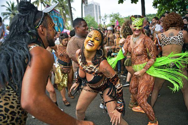 Lidé tančí během karnevalu v Brazílii - Sputnik Česká republika